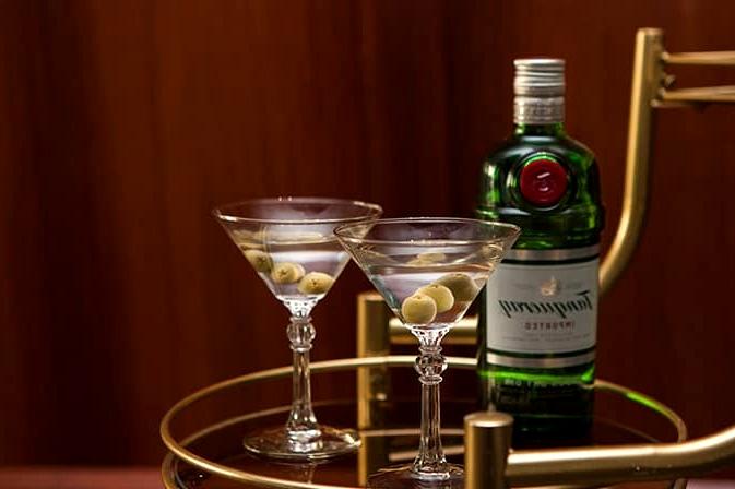 Glamorous-1920s-Wedding-Inspiration-Vintage-Drinks-Trolley-Martini