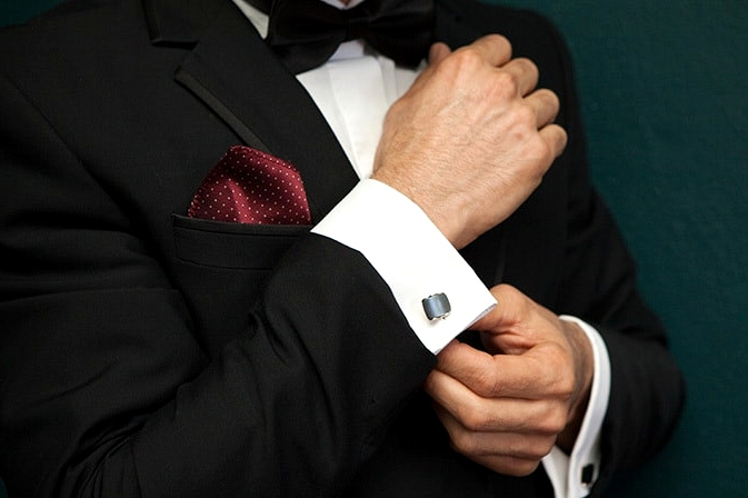 Glamorous-1920s-Wedding-Inspiration-Groom-Suit-Cufflinks