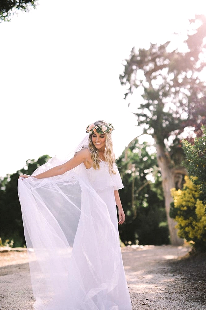 Relaxed-Vintage-Boho-Wedding-Inspiration-Bride-Dress-Flower-Crown-Veil